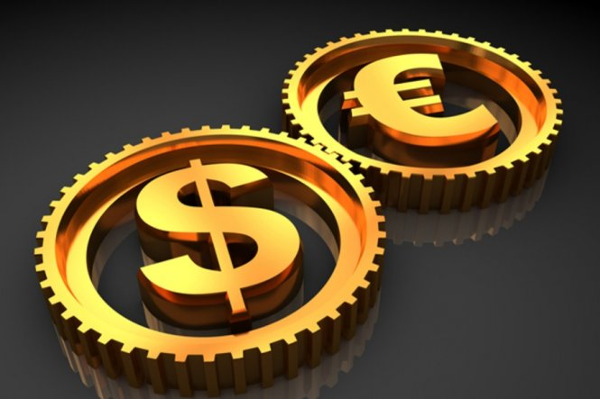 Евро и доллар обвалились после объявления решения ЦБ